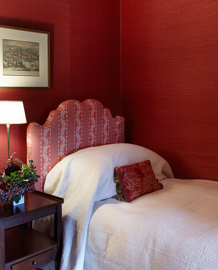 red wall bedroom single