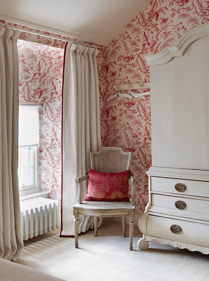 red white chinosiere wallpaper bedroom 1