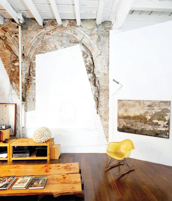 house-living-room-concrete-walls