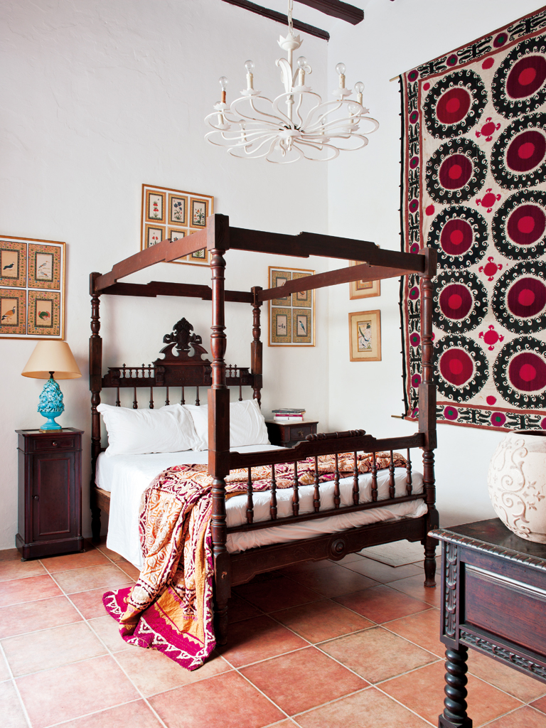 Spanish interiors by color 5 interior decorating ideas for Spanish bedroom decor