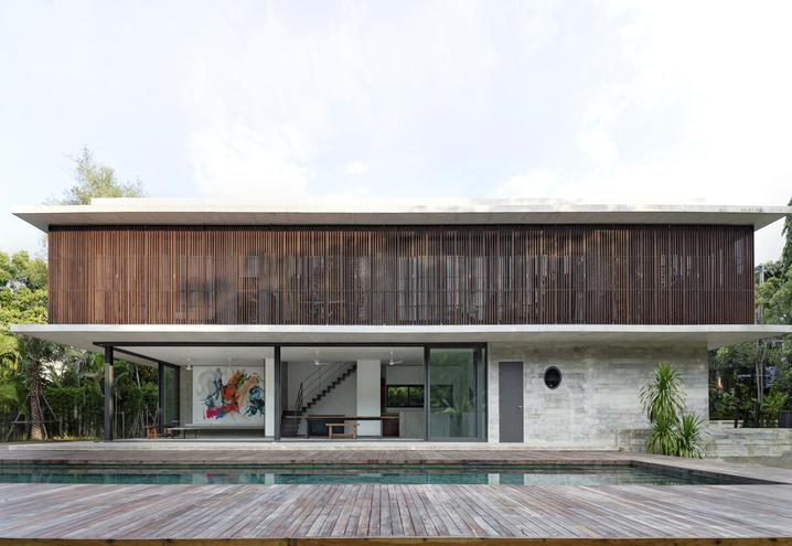 THE UPPER PART OF BANG SARAY HOUSE IS CLADDED WITH THIN SLATS MADE FROM LOCAL RECLAIMED WOOD WHICH ALSO COVER THE SUNDECK SURROUNDING THE POOL. LARGE GLASS PANELS CREATE A PLEASANT INDOOR-OUTDOOR CONNECTION.