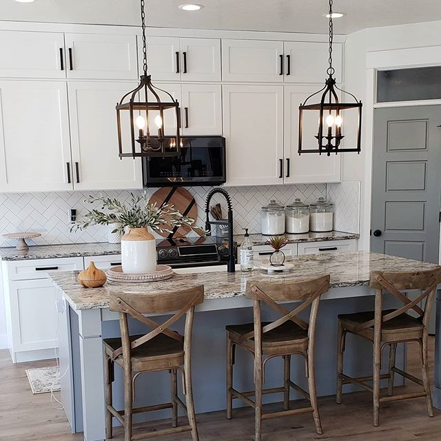 Farmhouse kitchen trend painted in gray and white