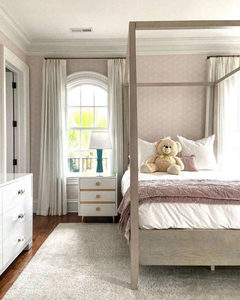 girl's room interior design idea in neutrals and old dusty pinks