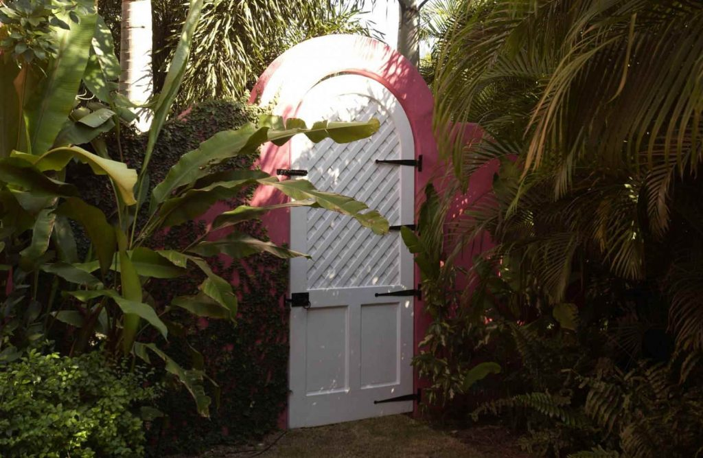 Pink wall garden gate idea