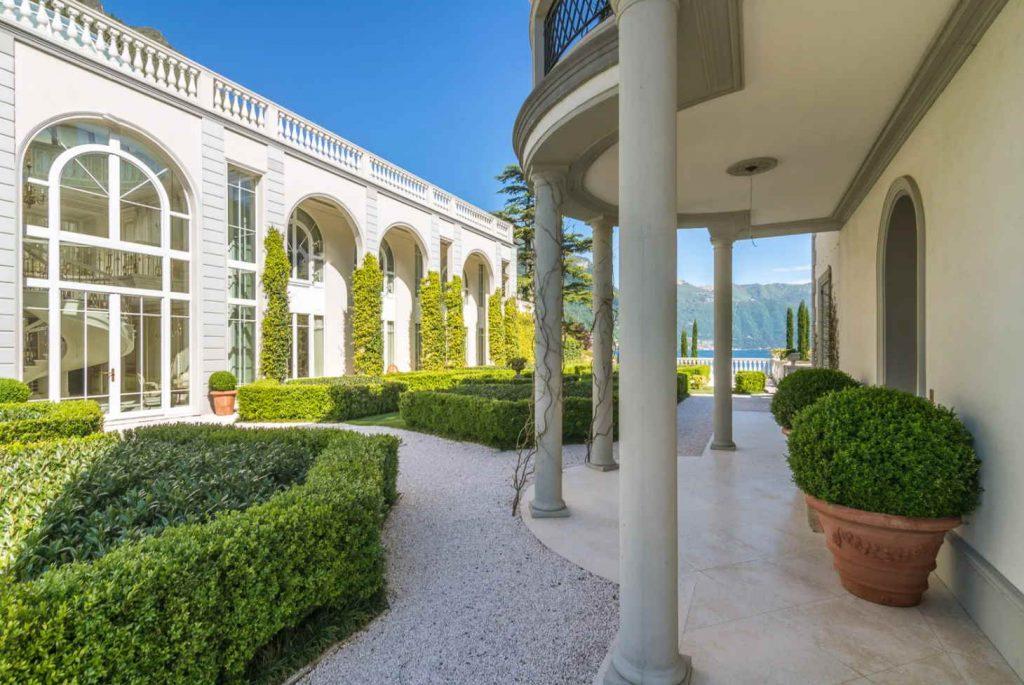 Arches, columns and hedges garden design
